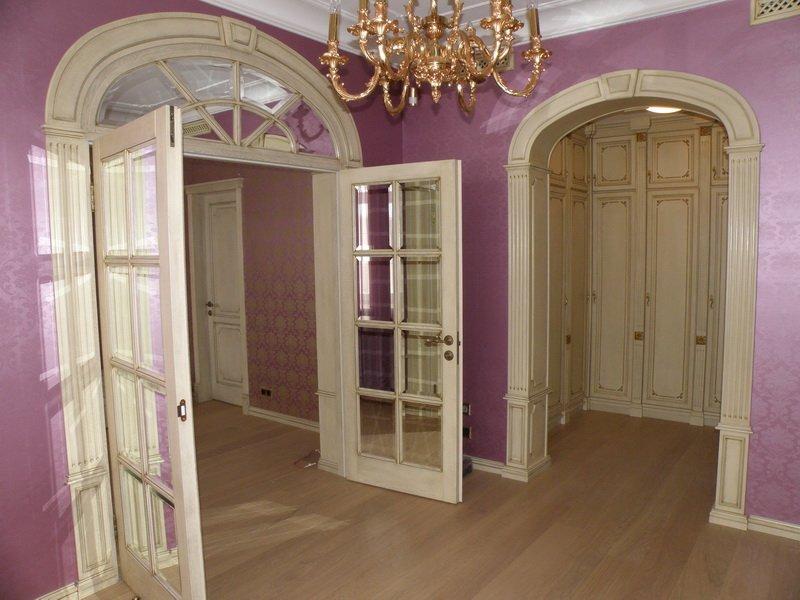Оформление дверных проемов элементами лепного декора
